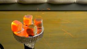 Σπινθήρες από τους καίγοντας άνθρακες hookah Καπνός Hookah στο κύπελλο Καμμένος ξυλάνθρακας κόκκινος-καρύδων Προετοιμασία του shi στοκ φωτογραφίες