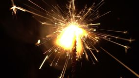 Σπινθήρες και εορταστικές πυρκαγιές σε ένα μαύρο υπόβαθρο Χριστούγεννα πυροτεχνημάτων απόθεμα βίντεο