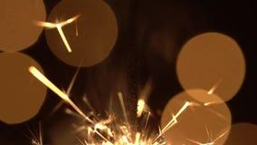 Σπινθήρες και εορταστικές πυρκαγιές σε ένα μαύρο υπόβαθρο Χριστούγεννα πυροτεχνημάτων φιλμ μικρού μήκους