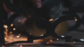 Σπινθήρες που κόβουν και που αλέθουν ένα προϊόν μετάλλων Κυκλική τέμνουσα λεπίδα απόθεμα βίντεο