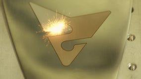 Σπινθήρες engraver λέιζερ στο σημάδι μετάλλων απόθεμα βίντεο