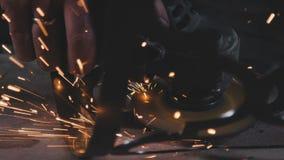 Σπινθηρίζει κατά τον κοπή και τη λείανση ενός προϊόντος μετάλλων μεταλλουργικός απόθεμα βίντεο
