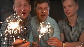 σπινθηρίσματα Εορτασμός γενεθλίων από τους ελκυστικούς νέους τύπους απόθεμα βίντεο