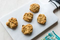 Σπιτικά αλμυρά μπισκότα γιαουρτιού με τις κυλημένες βρώμες/αλατισμένες ζύμες στο μαρμάρινο πίνακα στοκ φωτογραφία