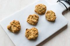 Σπιτικά αλμυρά μπισκότα γιαουρτιού με τις κυλημένες βρώμες/αλατισμένες ζύμες στο μαρμάρινο πίνακα στοκ εικόνα