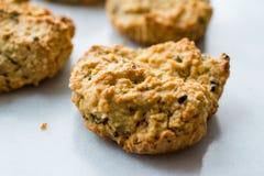 Σπιτικά αλμυρά μπισκότα γιαουρτιού με τις κυλημένες βρώμες/αλατισμένες ζύμες στο μαρμάρινο πίνακα στοκ εικόνες