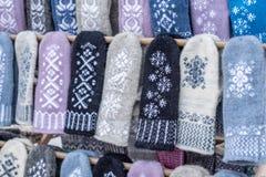 Σπιτικά γάντια με το σχέδιο κρυστάλλου χιονιού στοκ φωτογραφίες με δικαίωμα ελεύθερης χρήσης
