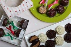Σπιτικά γλυκά Καλυμμένα με σοκολάτα γλυκά με την πλήρωση αμυγδάλων Το κέικ σκάει διακοσμημένος με ένα τόξο της πλεξούδας Σε μια η στοκ φωτογραφία με δικαίωμα ελεύθερης χρήσης