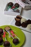 Σπιτικά γλυκά Καλυμμένα με σοκολάτα γλυκά με την πλήρωση αμυγδάλων Το κέικ σκάει διακοσμημένος με ένα τόξο της πλεξούδας Στην επι στοκ εικόνες