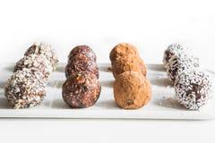 Σπιτικά ενεργειακά δαγκώματα, vegan τρούφα σοκολάτας με το κακάο και νιφάδες καρύδων Υγιή τρόφιμα έννοιας στοκ φωτογραφίες με δικαίωμα ελεύθερης χρήσης