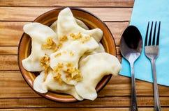 Σπιτικά, εύγευστα vareniks σε ένα πιάτο, ένα κουτάλι και ένα δίκρανο στοκ φωτογραφία