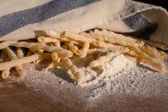 Σπιτικά ζυμαρικά που βρίσκονται σε έναν ξύλινο τέμνοντα πίνακα Στοκ φωτογραφία με δικαίωμα ελεύθερης χρήσης