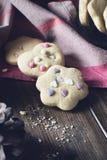 Σπιτικά διακοσμημένα μπισκότα στον ξύλινο πίνακα Στοκ Εικόνα