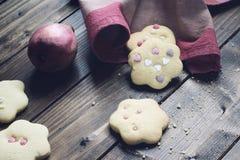 Σπιτικά διακοσμημένα μπισκότα στον ξύλινο πίνακα Στοκ Φωτογραφίες