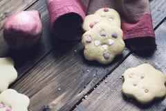 Σπιτικά διακοσμημένα μπισκότα στον ξύλινο πίνακα Στοκ Φωτογραφία