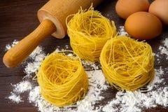 Σπιτικά ιταλικά ζυμαρικά, αυγά και αλεύρι Στοκ φωτογραφία με δικαίωμα ελεύθερης χρήσης