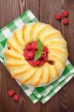 Σπιτικά κέικ και μούρα σμέουρων στοκ εικόνες