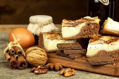 Σπιτικά κέικ με το κακάο και την πουτίγκα Ανθυγειινά γλυκά τρόφιμα γλυκό προγευμάτων Στοκ φωτογραφία με δικαίωμα ελεύθερης χρήσης