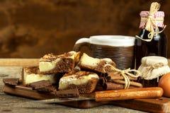 Σπιτικά κέικ με το κακάο και την πουτίγκα Ανθυγειινά γλυκά τρόφιμα γλυκό προγευμάτων Στοκ Φωτογραφία