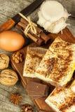 Σπιτικά κέικ με το κακάο και την πουτίγκα Ανθυγειινά γλυκά τρόφιμα γλυκό προγευμάτων Στοκ Εικόνα