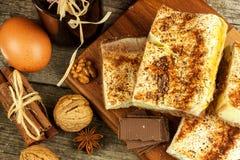 Σπιτικά κέικ με το κακάο και την πουτίγκα Ανθυγειινά γλυκά τρόφιμα γλυκό προγευμάτων Στοκ φωτογραφίες με δικαίωμα ελεύθερης χρήσης