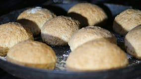 Σπιτικά κέικ στο φούρνο, ροδοειδείς σφαίρες απόθεμα βίντεο