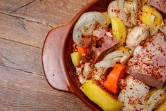 Σπιτικά καπνισμένα κρέας και λαχανικά έτοιμα για το μαγείρεμα στο κεραμικό κύπελλο στοκ εικόνες