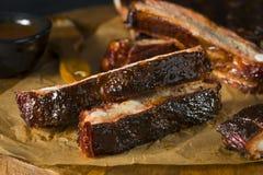 Σπιτικά καπνισμένα πλευρά χοιρινού κρέατος ύφους του Σαιντ Λούις σχαρών Στοκ Φωτογραφία