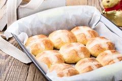 Σπιτικά καυτά διαγώνια κουλούρια Πάσχας στο δίσκο αρτοποιείων Στοκ εικόνες με δικαίωμα ελεύθερης χρήσης