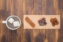 Σπιτικά καυτά σοκολάτα και καρύκευμα, χειμερινό απόγευμα Στοκ φωτογραφίες με δικαίωμα ελεύθερης χρήσης