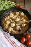 Σπιτικά κεφτή χοιρινού κρέατος με το γλυκό ζωμό μήλων κρεμμυδιών και τις φρέσκες ντομάτες Στοκ φωτογραφία με δικαίωμα ελεύθερης χρήσης