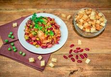 Σπιτικά μαγειρευμένα φασόλια με κοτόπουλου μπιζέλια και τα λαχανικά κρέατος τα πράσινα Στοκ φωτογραφία με δικαίωμα ελεύθερης χρήσης