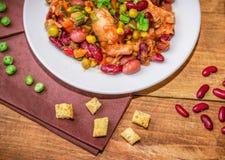Σπιτικά μαγειρευμένα φασόλια με κοτόπουλου μπιζέλια και τα λαχανικά κρέατος τα πράσινα Στοκ Εικόνες