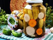 Σπιτικά μαριναρισμένα αγγούρια με τα καρότα και κρεμμύδια σε ένα βάζο στοκ εικόνες
