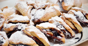 Σπιτικά μικρά κέικ βανίλιας με τη μαρμελάδα δαμάσκηνων Στοκ εικόνες με δικαίωμα ελεύθερης χρήσης