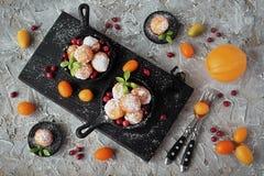 Σπιτικά μικρά donuts του γλυκού τυριού εξοχικών σπιτιών σε ένα skillet χυτοσιδήρου Στοκ Φωτογραφίες