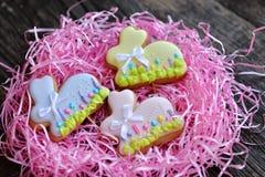 Σπιτικά μπισκότα λαγουδάκι Πάσχας στη ρόδινη φωλιά Στοκ Εικόνα
