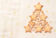 Σπιτικά μπισκότα αστεριών σε μια μορφή του χριστουγεννιάτικου δέντρου Στοκ Εικόνα