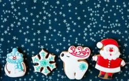 Σπιτικά μπισκότα ατόμων μελοψωμάτων Χριστουγέννων και χριστουγεννιάτικων δέντρων στο πράσινο placemat Παραδοσιακά μπισκότα με την στοκ εικόνα με δικαίωμα ελεύθερης χρήσης