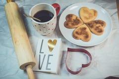 Σπιτικά μπισκότα βαλεντίνων, κάρτες στο θέμα βαλεντίνων στοκ φωτογραφία με δικαίωμα ελεύθερης χρήσης