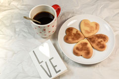 Σπιτικά μπισκότα βαλεντίνων, κάρτες στο θέμα βαλεντίνων στοκ εικόνες με δικαίωμα ελεύθερης χρήσης
