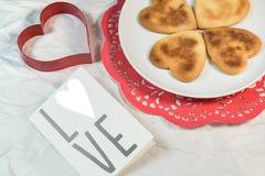 Σπιτικά μπισκότα βαλεντίνων, κάρτες στο θέμα βαλεντίνων στοκ φωτογραφίες με δικαίωμα ελεύθερης χρήσης
