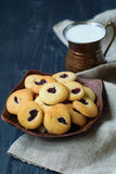 Σπιτικά μπισκότα και γιαούρτι κουλουρακιών σε μια ανατολική κούπα χαλκού Ανατολικά μπισκότα σε ένα σκοτεινό υπόβαθρο Ανατολικό φλ στοκ εικόνα