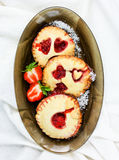 Σπιτικά μπισκότα κουλουρακιών με τη μαρμελάδα φραουλών ή το μίνι πνεύμα πιτών Στοκ Εικόνες