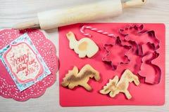 Σπιτικά μπισκότα, κόπτης μπισκότων, κυλώντας καρφίτσα, κάρτα στο ξύλινο BA στοκ εικόνα με δικαίωμα ελεύθερης χρήσης