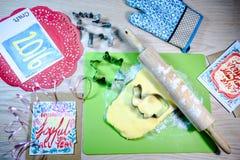 Σπιτικά μπισκότα, κόπτης μπισκότων, κυλώντας καρφίτσα, κάρτα στο ξύλινο BA στοκ εικόνες με δικαίωμα ελεύθερης χρήσης