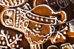 Σπιτικά μπισκότα μελοψωμάτων Χριστουγέννων στον ξύλινο πίνακα Στοκ Εικόνα