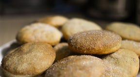 Σπιτικά μπισκότα με τη ζάχαρη, την κανέλα και το σουσάμι Στοκ φωτογραφία με δικαίωμα ελεύθερης χρήσης