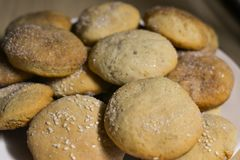 Σπιτικά μπισκότα με τη ζάχαρη, την κανέλα και το σουσάμι Στοκ εικόνα με δικαίωμα ελεύθερης χρήσης