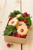 Σπιτικά μπισκότα με τη μαρμελάδα σμέουρων και τα φρέσκα σμέουρα Στοκ φωτογραφία με δικαίωμα ελεύθερης χρήσης